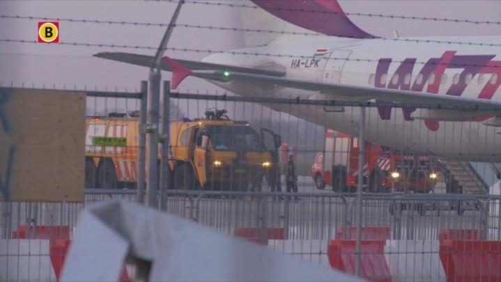Beelden van de evacuatie van het Wizz Air-toestel