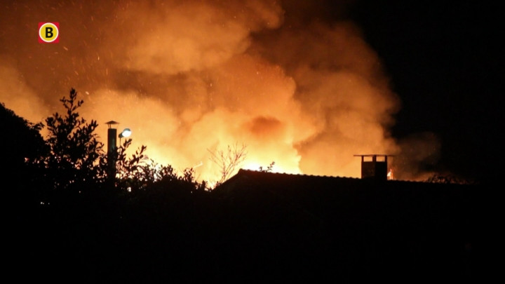 Hoge vlammen bij uitslaande brand schuur Stevensbeek