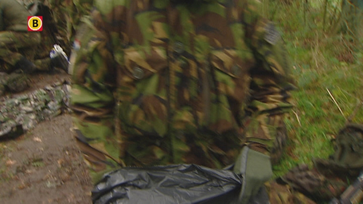 Militairen zwemmen Drongelens kanaal in Vught over in hun onderbroek