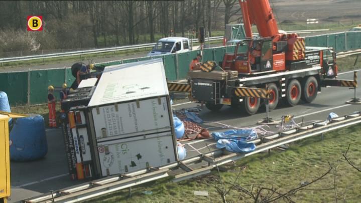 Lever op A50 nadat vrachtwagen kantelt bij Oss