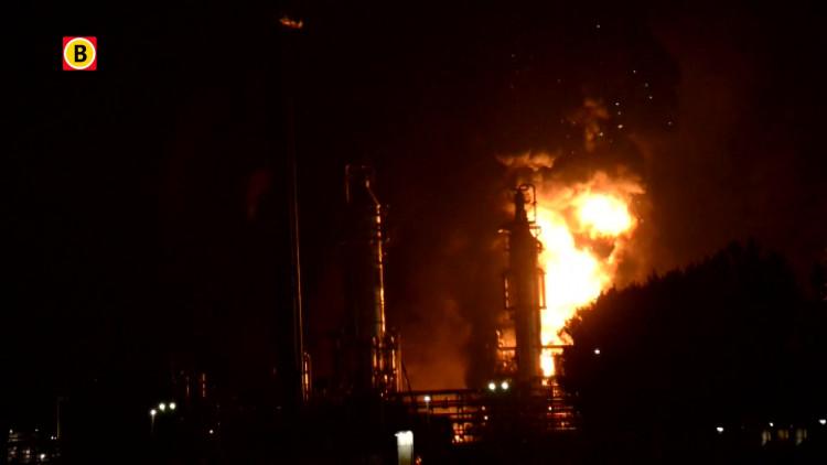 Gigantische brand bij Shell-fabriek op industrieterrein Moerdijk