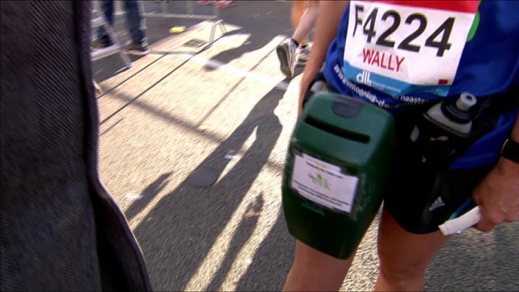 'Ik heb 21,1 kilometer met een collectebus gelopen, voor het goede doel', deelneemster haalde geld op voor Inloophuis De Eik tijdens marathon Eindhoven