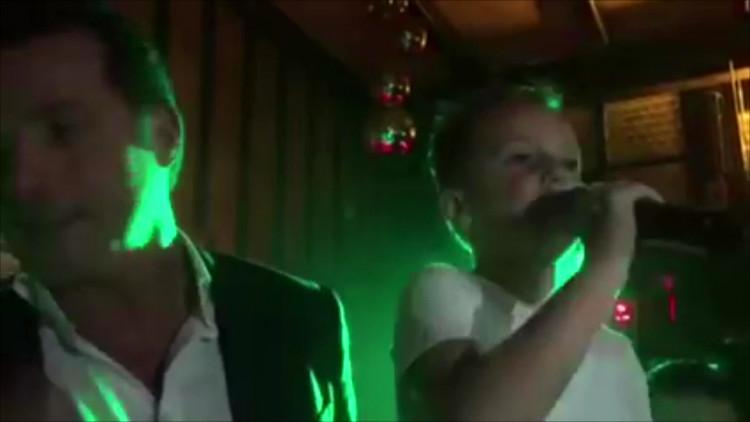 Zonder blikken of blozen neemt Timo (7) de microfoon over van volkszanger John de Bever