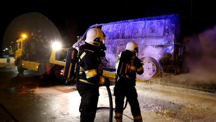Bestelbus die uitbrandde in Esbeek vat in Bladel achterop bergingstruck opnieuw vlam