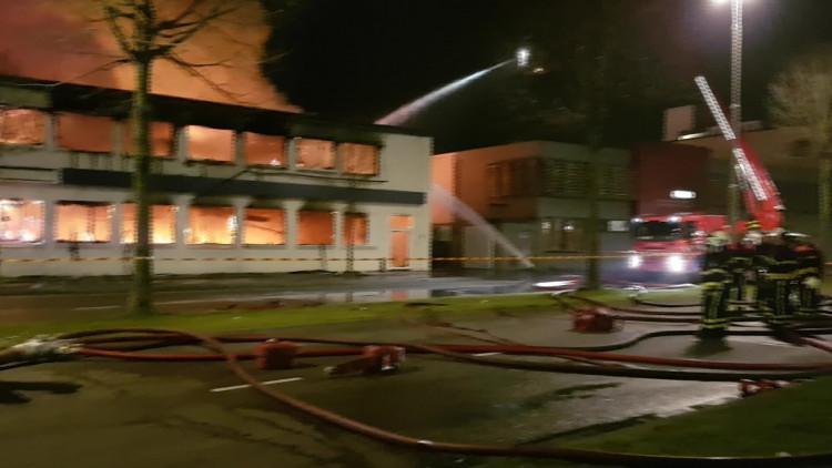 De brandweer probeert met man en macht de brand te blussen
