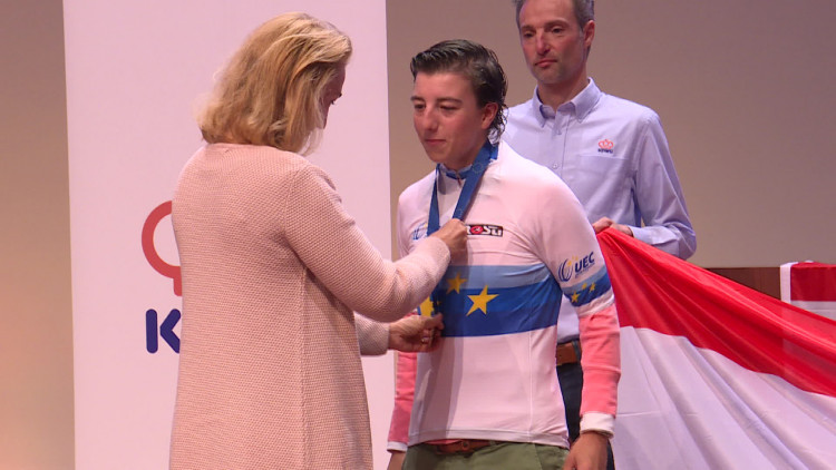 Maud Kaptheijns bllij met huldiging na verlate Europese titel