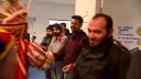 Vluchtelingen leren in Roosendaal wat carnaval is