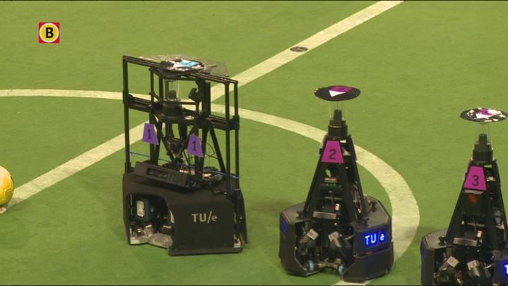 Het Nederlandse team Tech United bereidt zich voor op de Robocup
