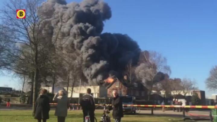 Eerste beelden van grote brand bij Riant Verhuur in Vlijmen