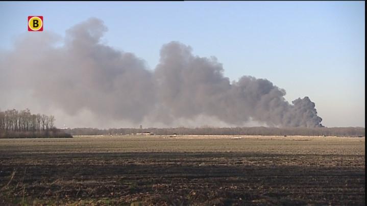De rookpluim van de brand bij Riant Verhuur in Vlijmen is in de wijde omtrek te zien.