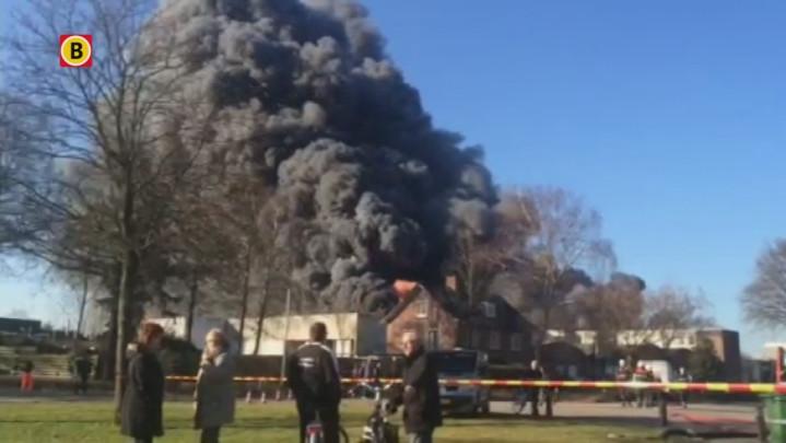 16:00 - Luchtalarm na grote brand bij Riant Verhuur in Vlijmen: sluit ramen en deuren