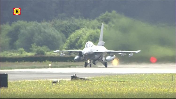 F-16 vliegt rond boven Luchtmachtdagen 2014 Gilze-Rijen