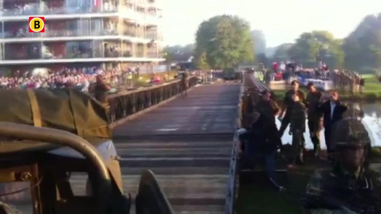 Hobbelen over de baileybrug Son met een legervoertuig