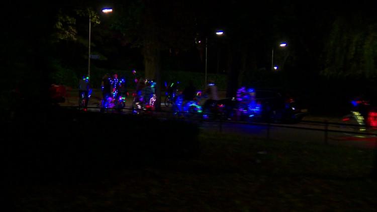 Fietsend lichtspektakel door Tilburg: 'Ik krijg de lach niet meer van m'n gezicht af'