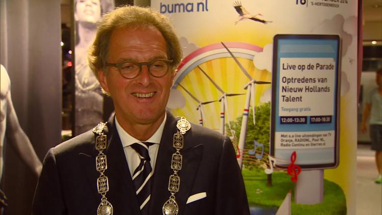 Burgemeester Ton Rombouts zingt liedje bij Buma NL