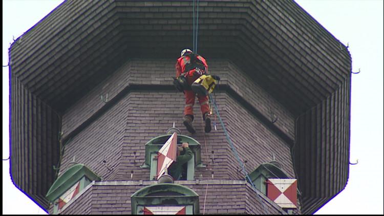 Alpinisten plaatsen bliksembeveiliging op Grote Kerk Breda