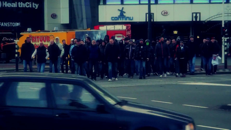 De hooligans van PSV in de clip van Harris de Hakker