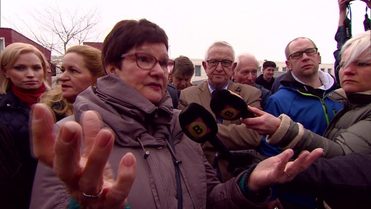 Geert Wilders in gesprek met buurtbewoner over problemen en zorgen rondom azc De Orangerie in Eindhoven