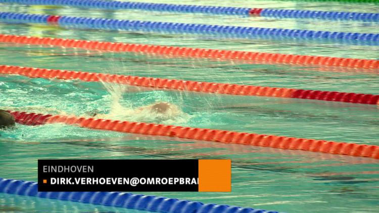 'Volledig gesloopt' na een urenlange zwemmarathon: Van der Weijden zwemt geld voor KWF bij elkaar