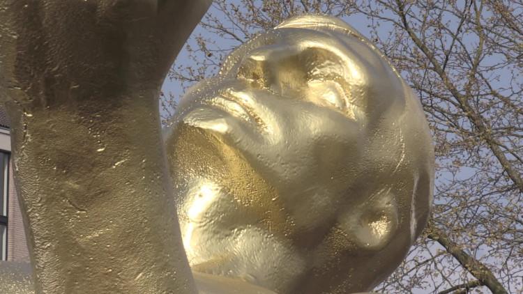 Vor de museumweek zet de Museumvereniging een groot gouden beeld in Helmond