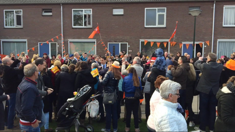 'Mensen staan hier rijendik langs de straat', verslaggever Alice van der Plas bij aankomst koning en koningin in Veghel