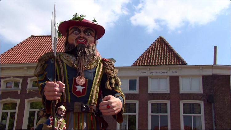50 Reuzen 'denderen' door de straten van Bergen op Zoom