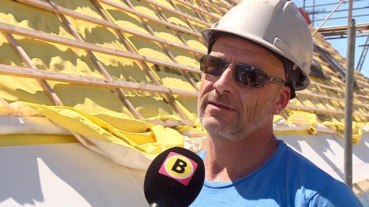 Werken in de zon: 'Het is op het dak boven de vijftig graden'