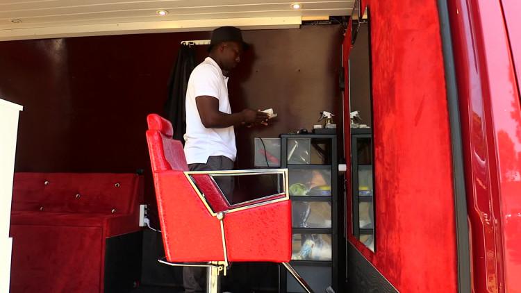Urjen Martina knipt zijn klanten in een bestelbus