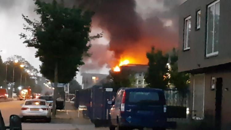 Enorme brand bij een autobedrijf in Eindhoven