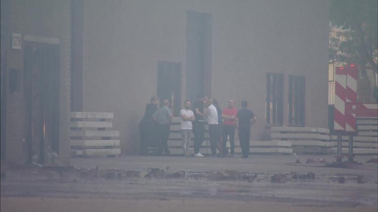 Enorme brand autobedrijf Eindhoven onder controle: 'Ontploffingen waren autobanden'
