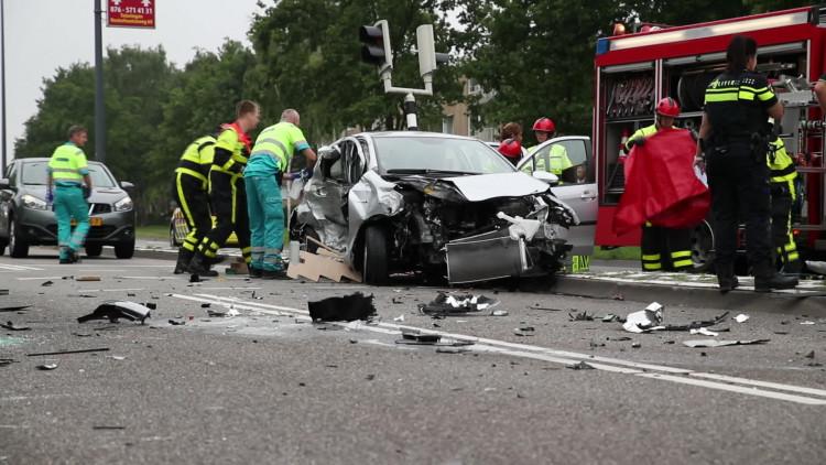 Politiebusje slaat over de kop na botsing in Oosterhout, drie gewonden