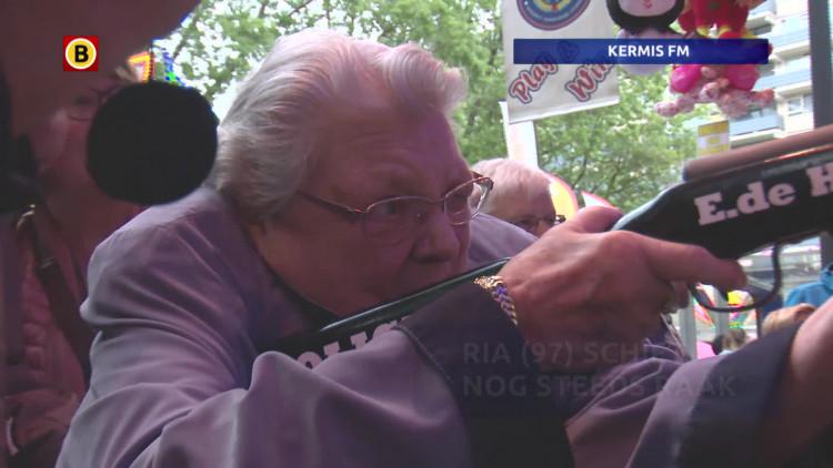 97-jarige Ria schiet nog steeds raak op de kermis