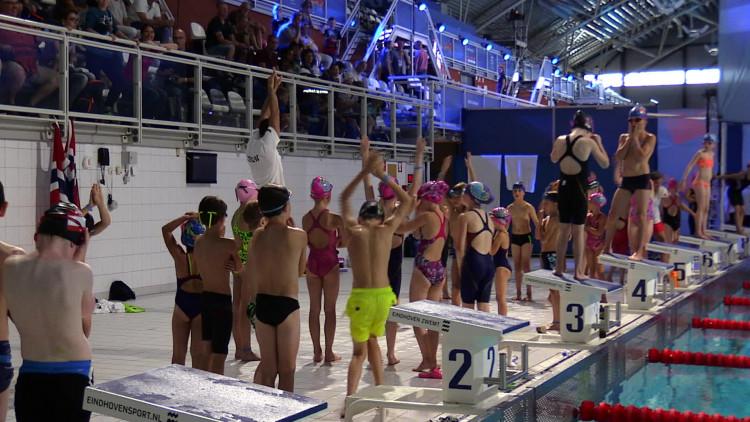 Wereldkampioenen in de dop krijgen zwemles tijdens Swim Cup Eindhoven