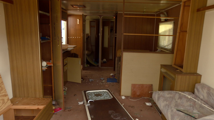 Gemeente Zundert sleept stacaravans van Fort Oranje en laat ze slopen in Breda
