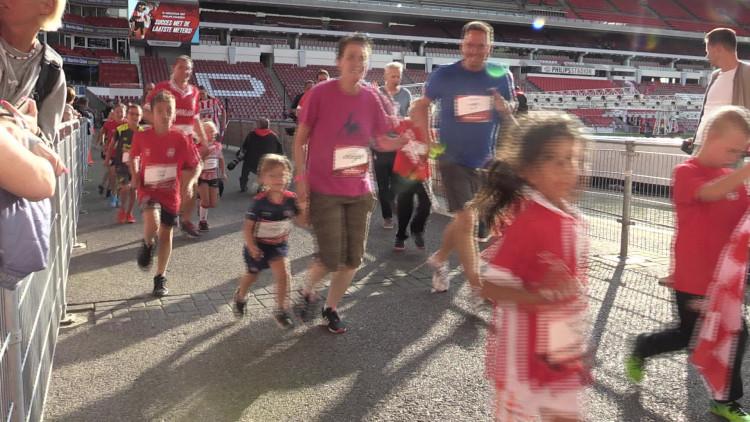 400 kinderen rennen door het Philips Stadion