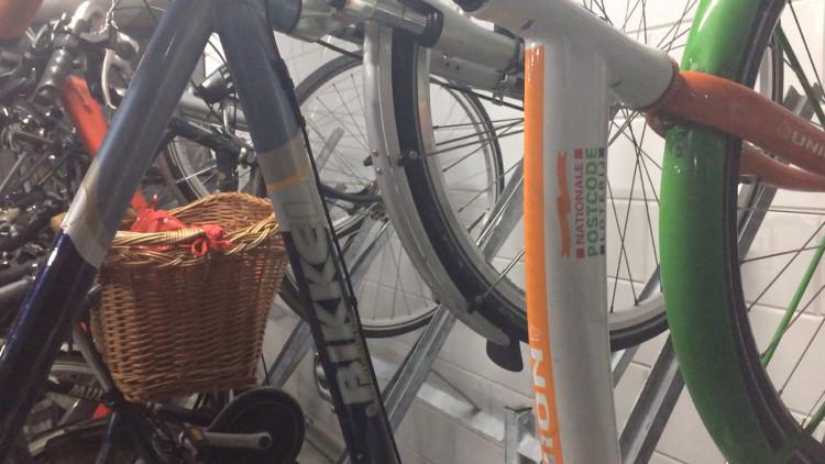 Fietschaos compleet? Hele flat wint fietsen bij Postcode Loterij