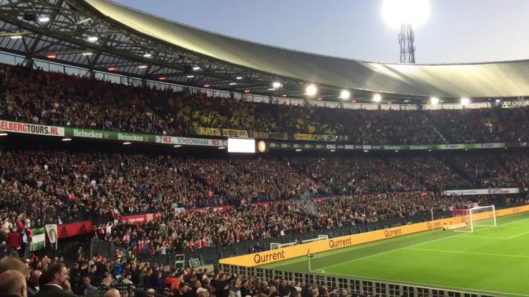 Duizend NAC-fans moedigen hun ploeg aan in de Rotterdamse Kuip.