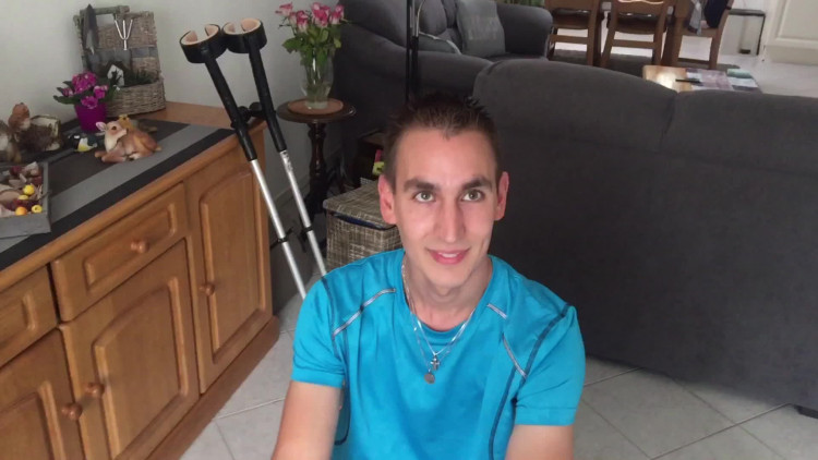 Remco uit Eindhoven loopt de halve marathon op krukken
