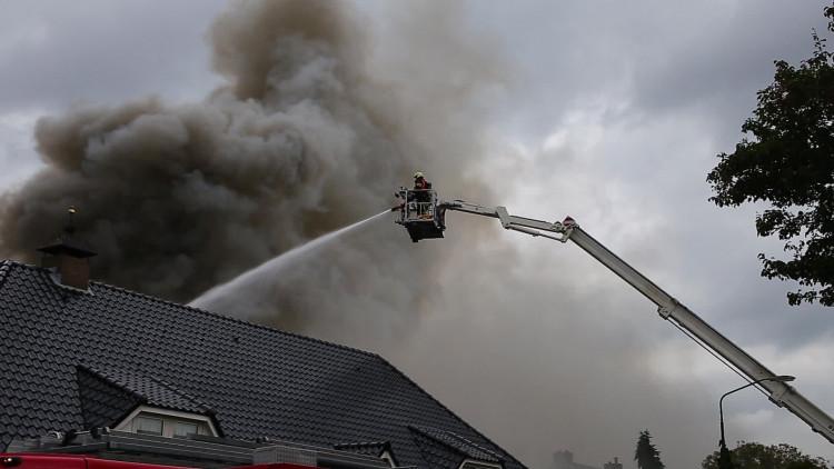 Veel rook bij brand in zwembad in achtertuin