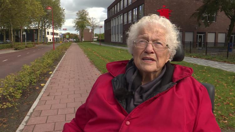 Oma Roos kan er weer op uit dankzij haar rolstoel rijbewijs