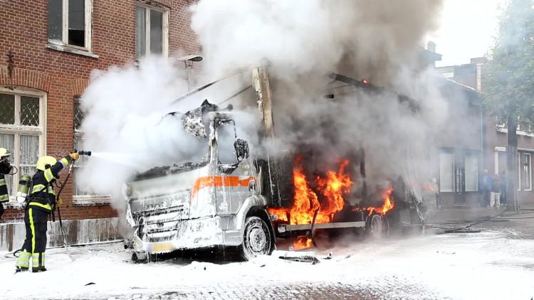 Vrachtwagen vliegt plotseling in brand in centrum Cuijk