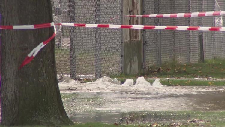 Beelden van gesprongen waterleidingen in Bergen op Zoom, vrijwel de hele stad zit zonder water