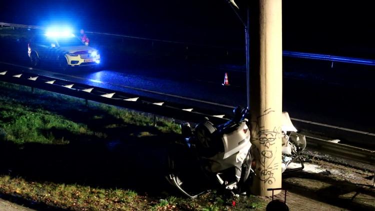 Auto slaat over de kop op A50 bij Ravenstein en botst ondersteboven tegen viaduct