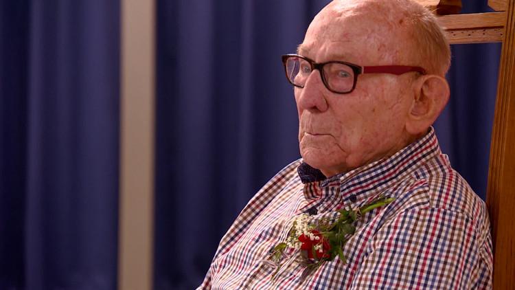 Dubbel feest voor Kleine meneer Henk, oudste conciërge van het land.