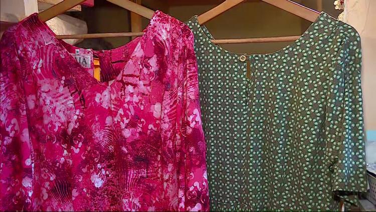 Verslaggever Daisy Schalkens past een jurk van de 79-jarige ontwerper Peter Dau uit Boxtel