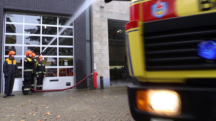 Jeugdbrandweer in Asten krijgt een brandweerauto cadeau