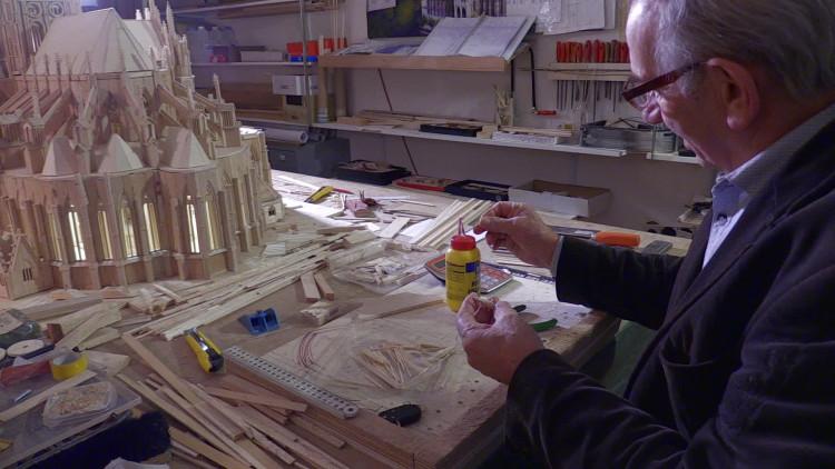Riny (70) bouwt replica van Sint Jan Den Bosch op schaal