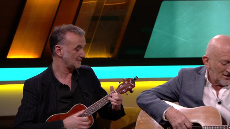 Gerard van Maasakkers zingt het nummer Achter de schuur in de talkshow KRAAK van Omroep Brabant.