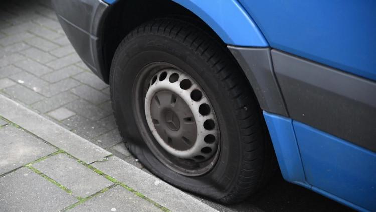 Van 21 auto's in de Nijverstraat in Tilburg is de linkervoorband lek gestoken