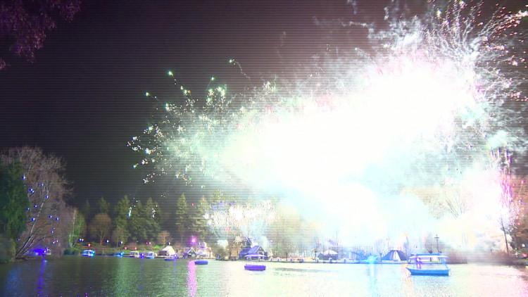 De vuurwerkshow in de Efteling was goed bezocht.